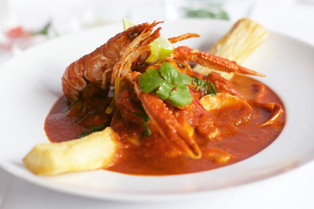 Peruaans visgerecht met yuca frita bij Somos Peru Restaurant in Den Haag