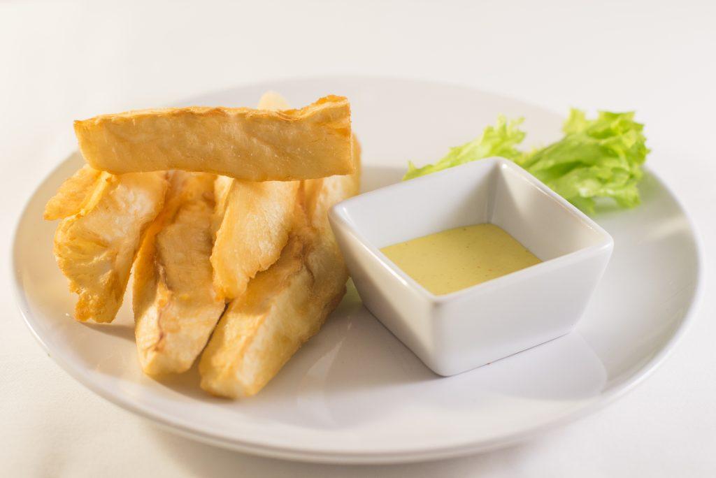 Yuca frita cassave bij somos Peru restaurant in Den Haag